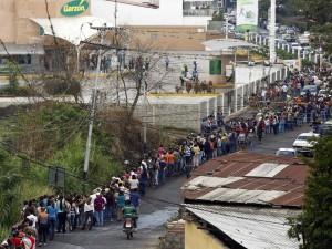 food-line-in-venezuela-san-cristobal-2